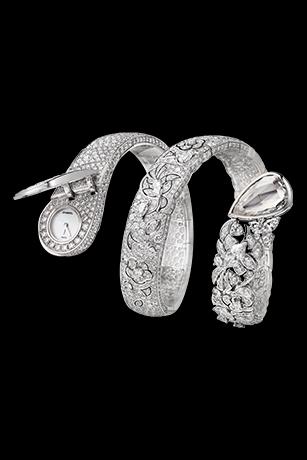 「Ruban」腕錶不斷自由演進,優雅地繾綣於腕間。細膩的18K白金蕾絲鑲嵌1,369顆鑽石,當中7顆為花式切割鑽石,一面藏著神秘的腕錶,另一面鑲嵌一顆重5克拉的梨形切割鑽石。