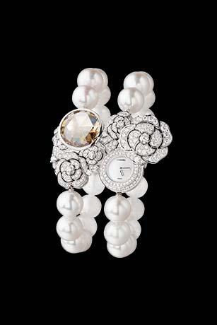 「Camélia」腕錶。可變換為手鍊的珍珠長項鍊,18K白金山茶花花束藏著一枚腕錶,鑲嵌503顆鑽石,其中一顆為重10克拉的彩棕黃色鑽石。