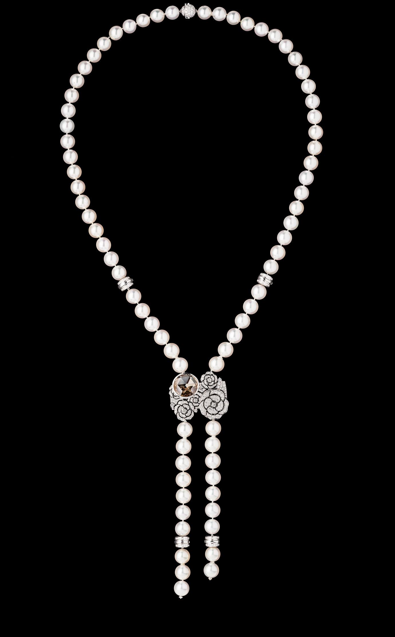 「Camélia」腕錶。可變換為手鍊的珍珠長項鍊,18K白金山茶花花束藏著一枚腕錶,鑲嵌503顆鑽石,其中一顆為重10克拉的彩棕黃色鑽石。 - 項鍊