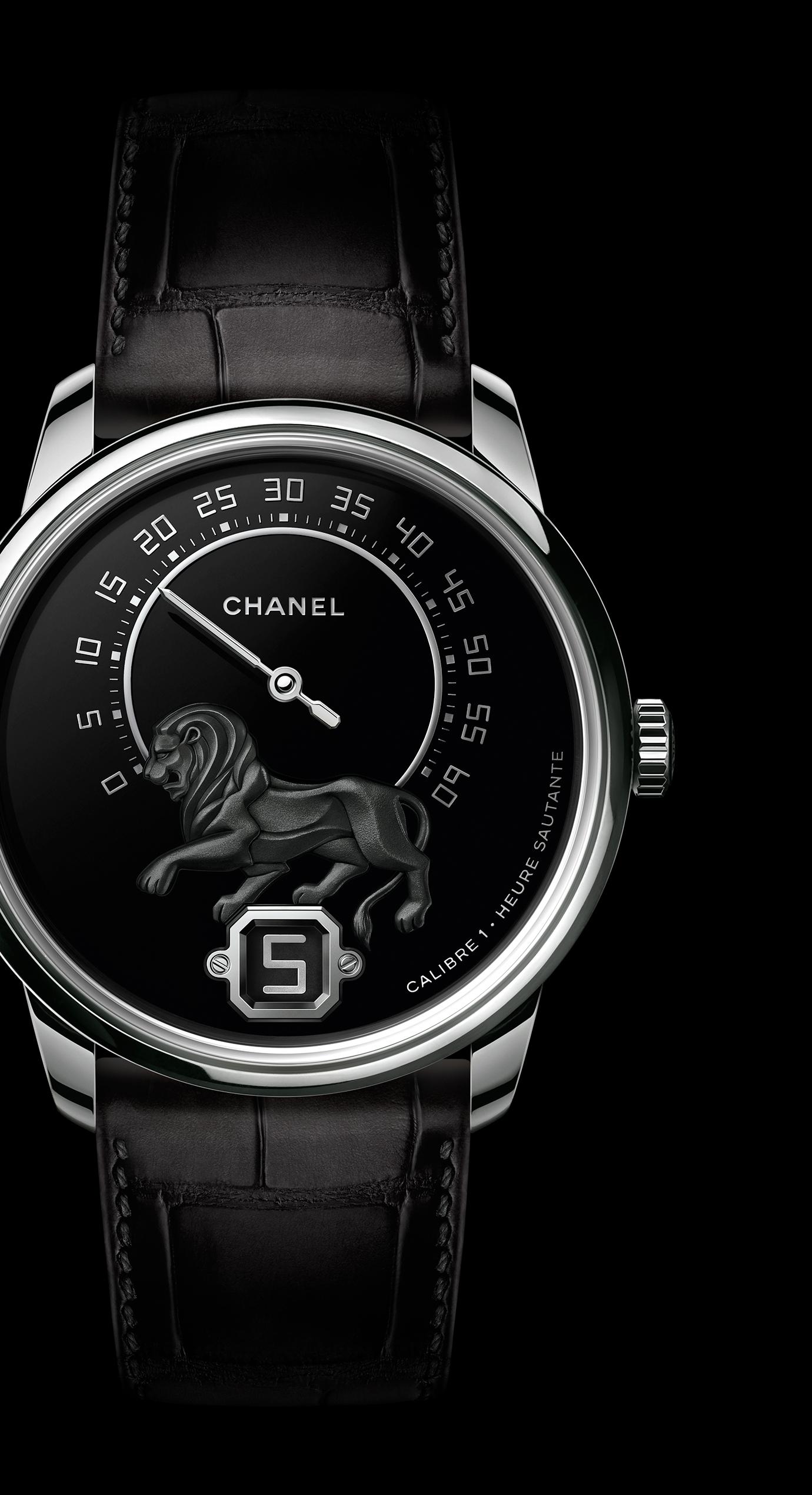 Часы MONSIEUR DE CHANEL, Белое золото, бриллианты багетной огранки, техника горячей эмали, мотив льва из рельефного золота, функция прыгающего часа, ретроградный механизм индикации минут со шкалой на 240 градусов - Увеличенный вид