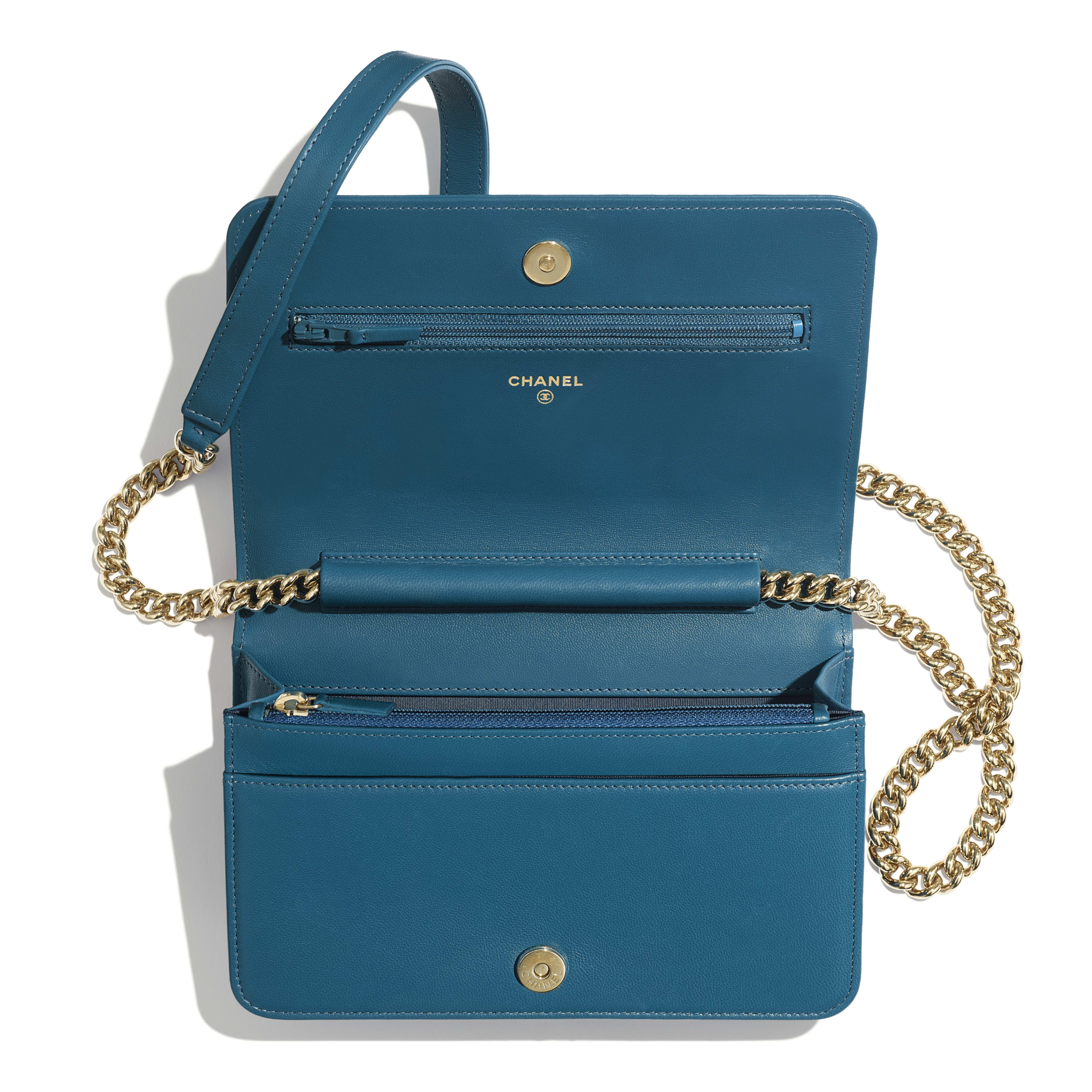 กระเป๋าสตางค์ Boy Chanel พร้อมสายโซ่ - สีฟ้าเทอร์ควอยซ์ - หนังแกะและโลหะสีทอง - มุมมองอื่น - ดูเวอร์ชันขนาดเต็ม