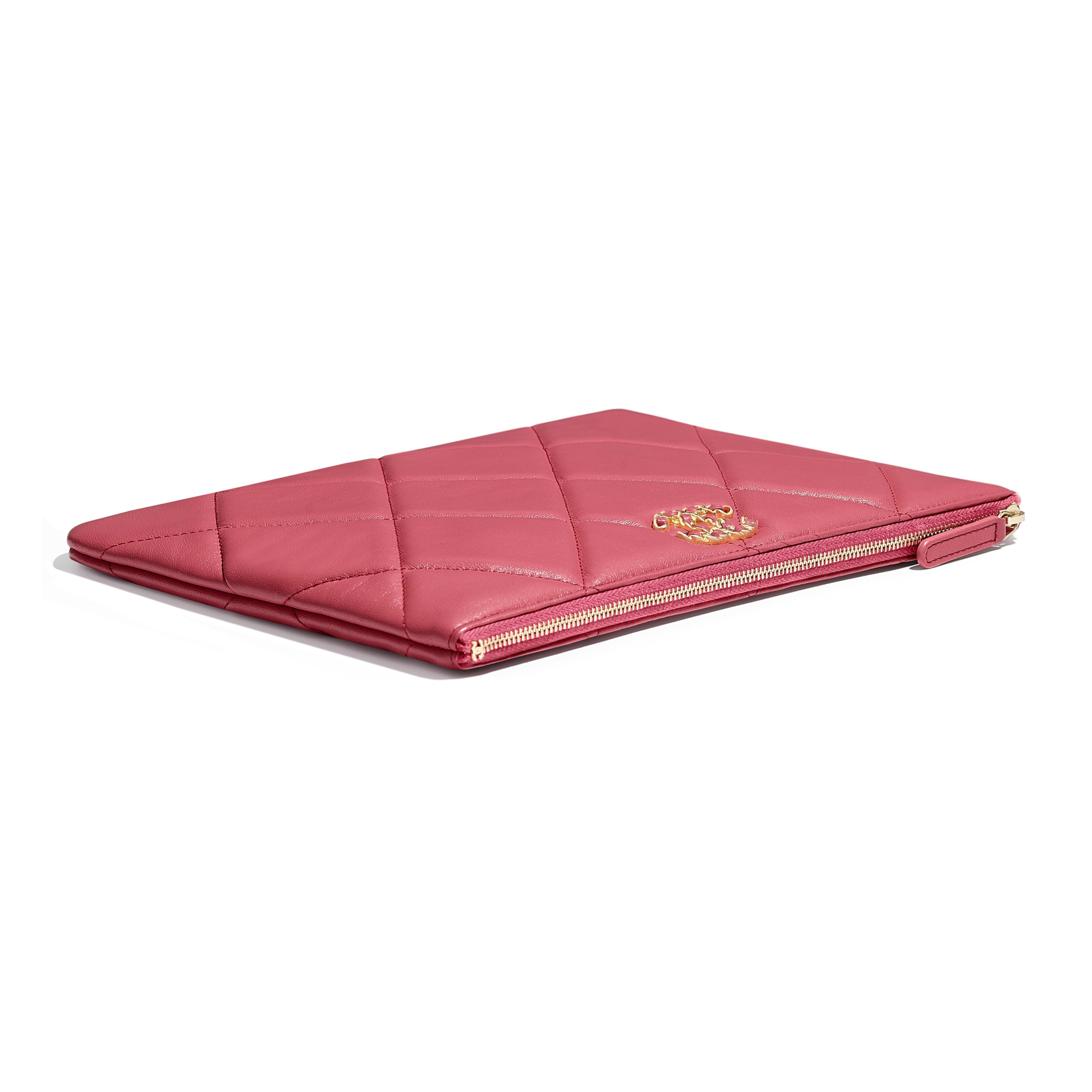 กระเป๋าเพาช์ CHANEL 19 - สีชมพู - หนังแกะ โลหะสีทอง โลหะสีเงิน และโลหะเคลือบรูทีเนียม - มุมมองพิเศษ - ดูเวอร์ชันขนาดเต็ม