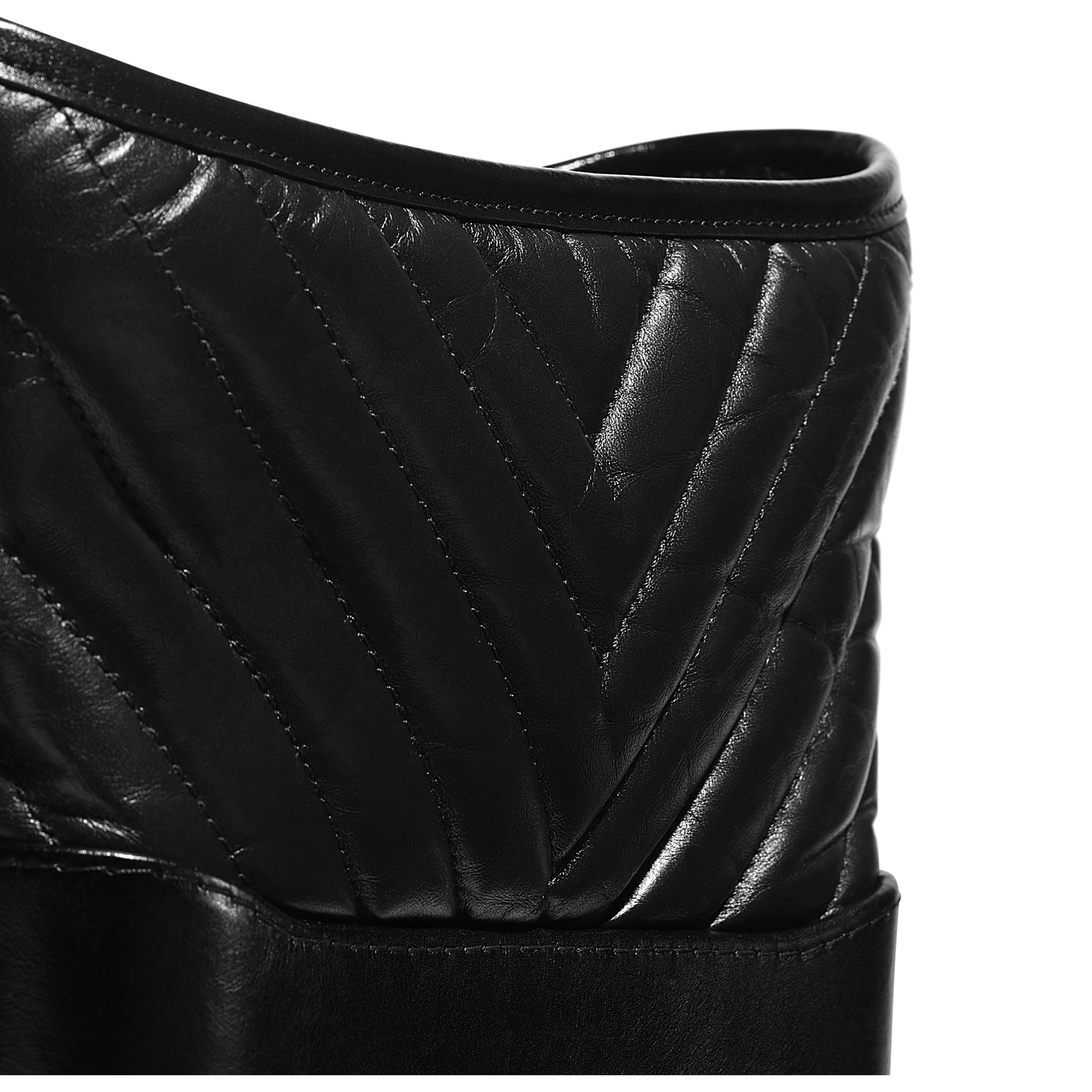 กระเป๋าโฮโบ CHANEL's GABRIELLE ใบเล็ก - สีดำ - หนังวัว หนังลูกวัวชนิดเรียบ และโลหะสีดำ - มุมมองพิเศษ - ดูเวอร์ชันขนาดเต็ม