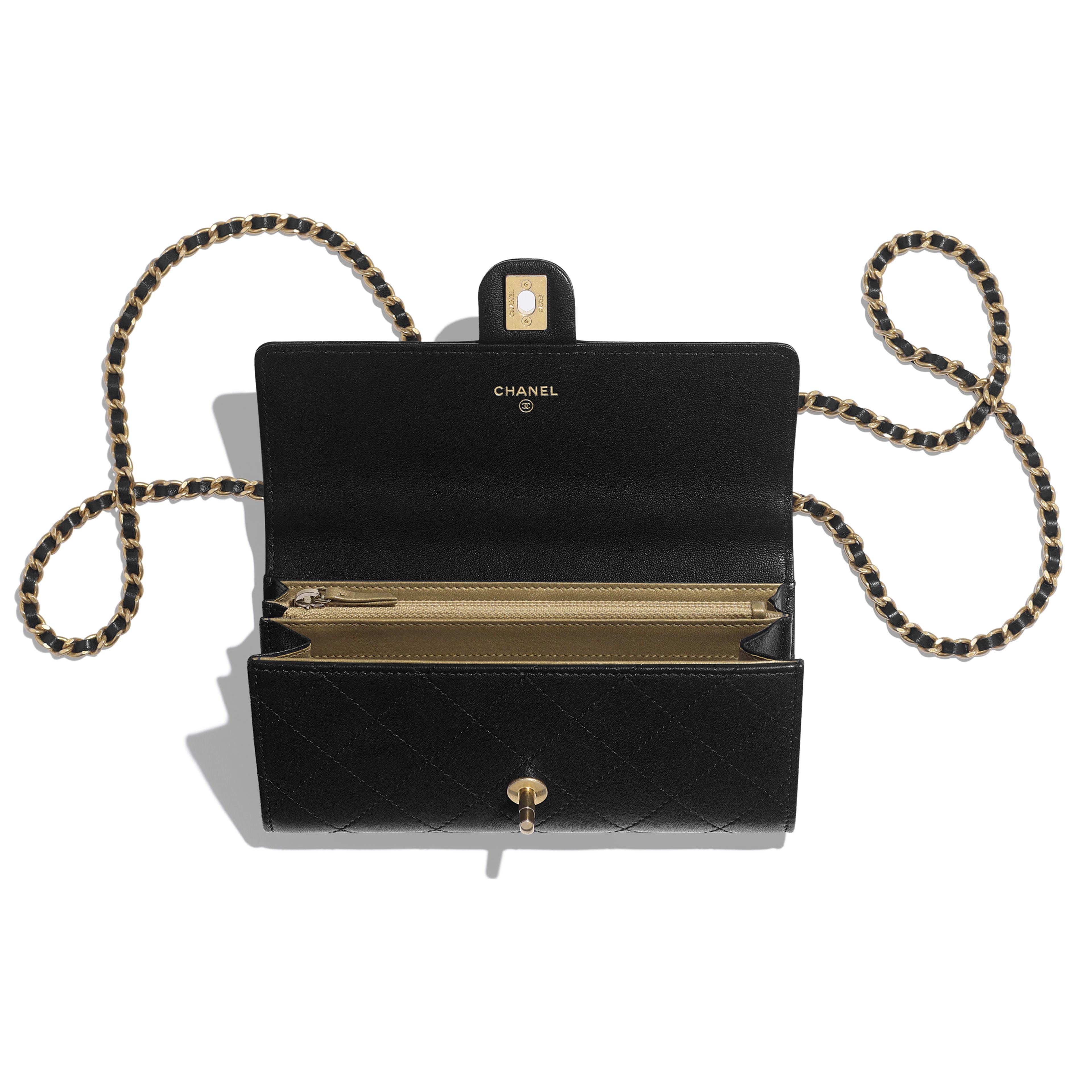 กระเป๋าคลัทช์พร้อมสายโซ่ - สีดำ - หนังแพะ, มุกสังเคราะห์ และโลหะสีทอง - มุมมองอื่น - ดูเวอร์ชันขนาดเต็ม