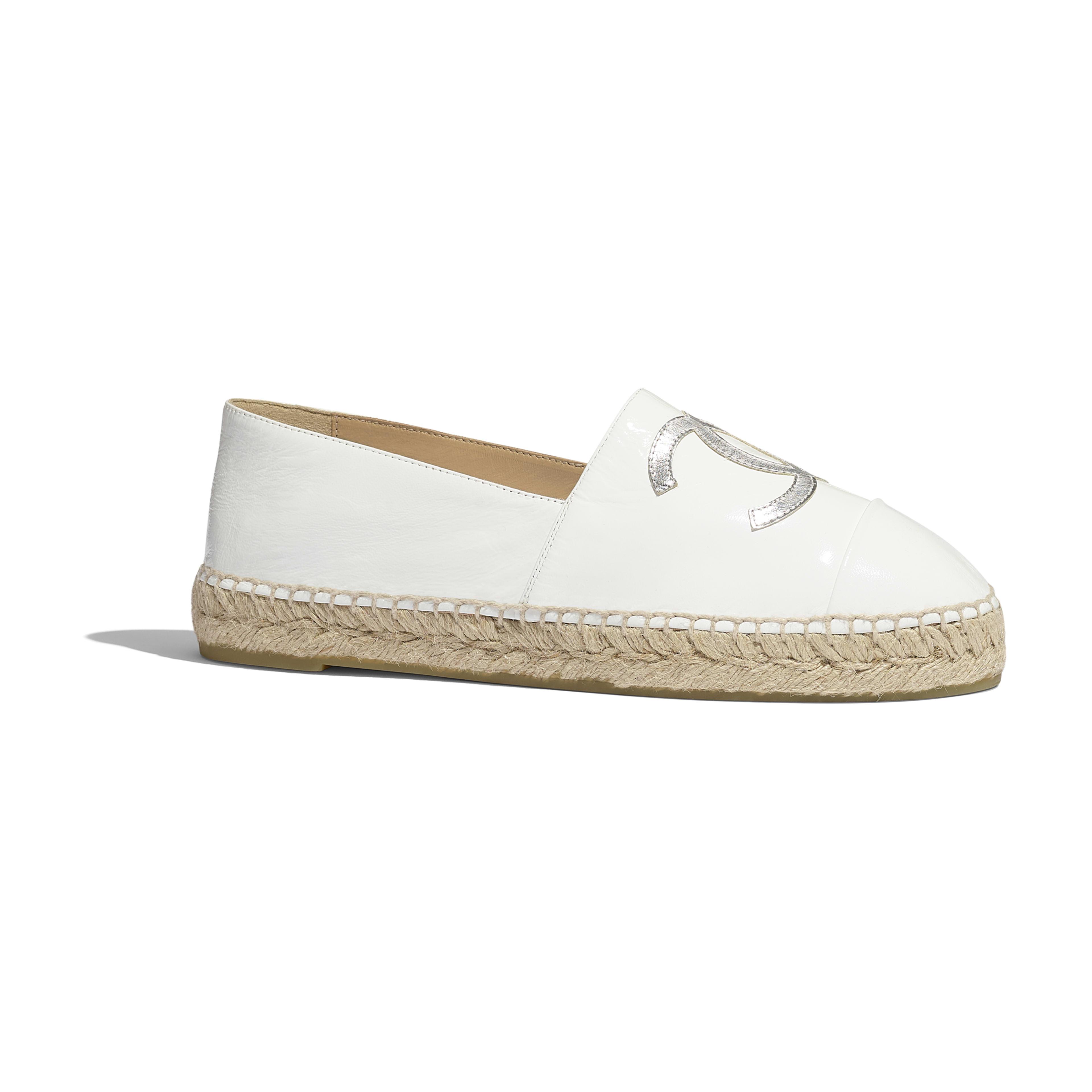 平底草織鞋 - 白及銀色 - 漆面小牛皮及金屬面山羊皮 - 預設視圖 - 查看全尺寸版本
