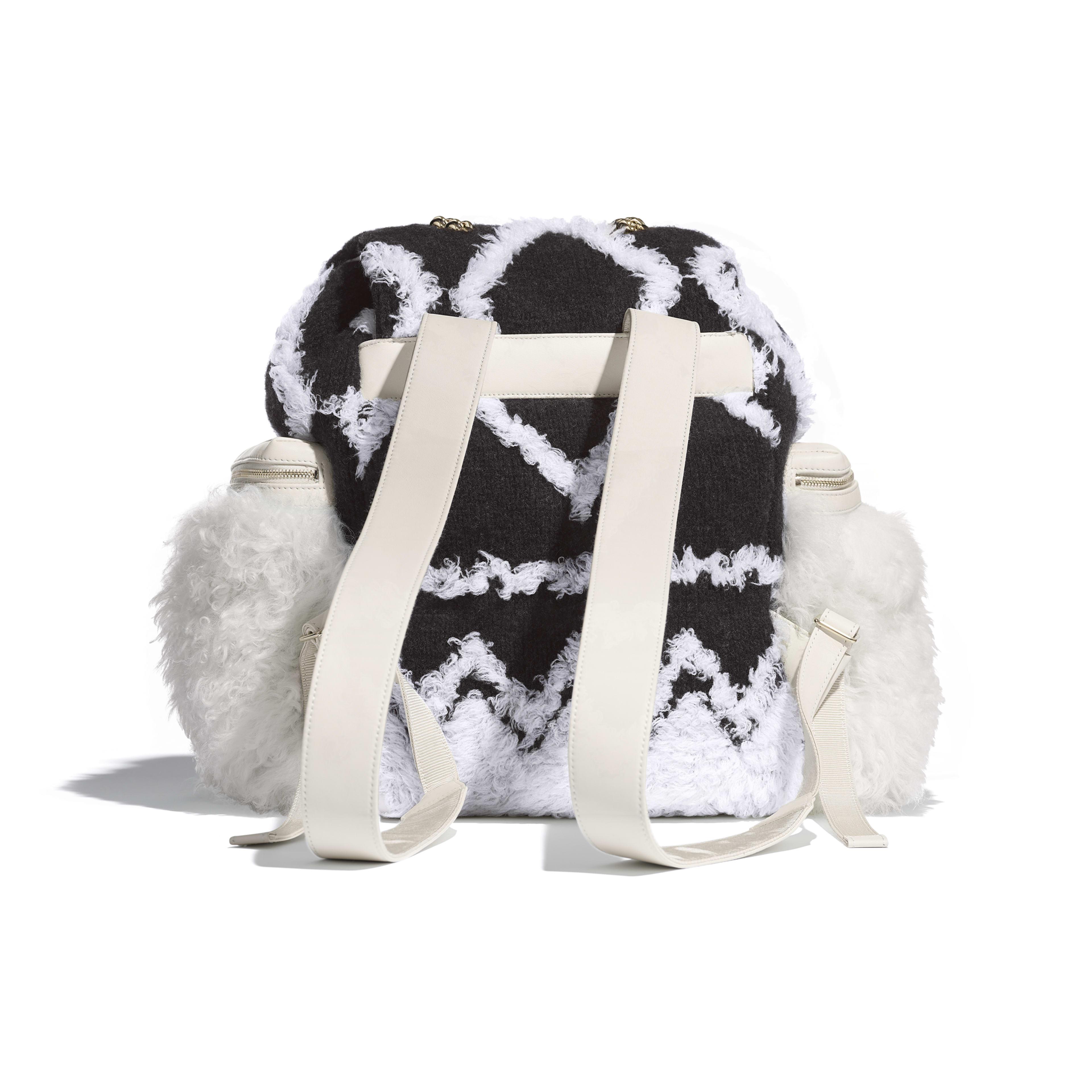 Рюкзак большого размера - Белый и черный - Шерсть, овчина и золотистый металл - Альтернативный вид - посмотреть полноразмерное изображение