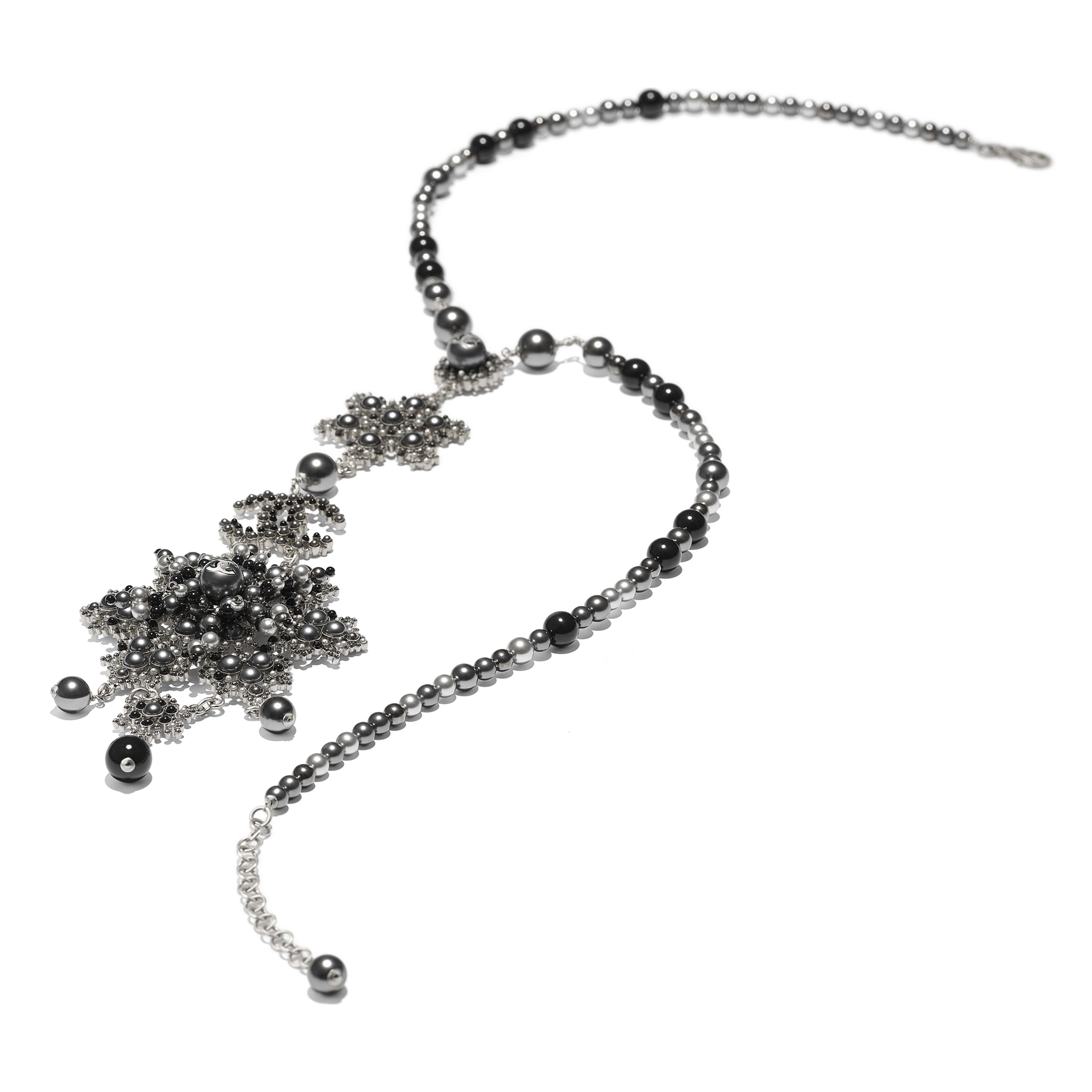 Колье - Серебристый, черный и серый - Металл, жемчуг и стразы - Альтернативный вид - посмотреть полноразмерное изображение