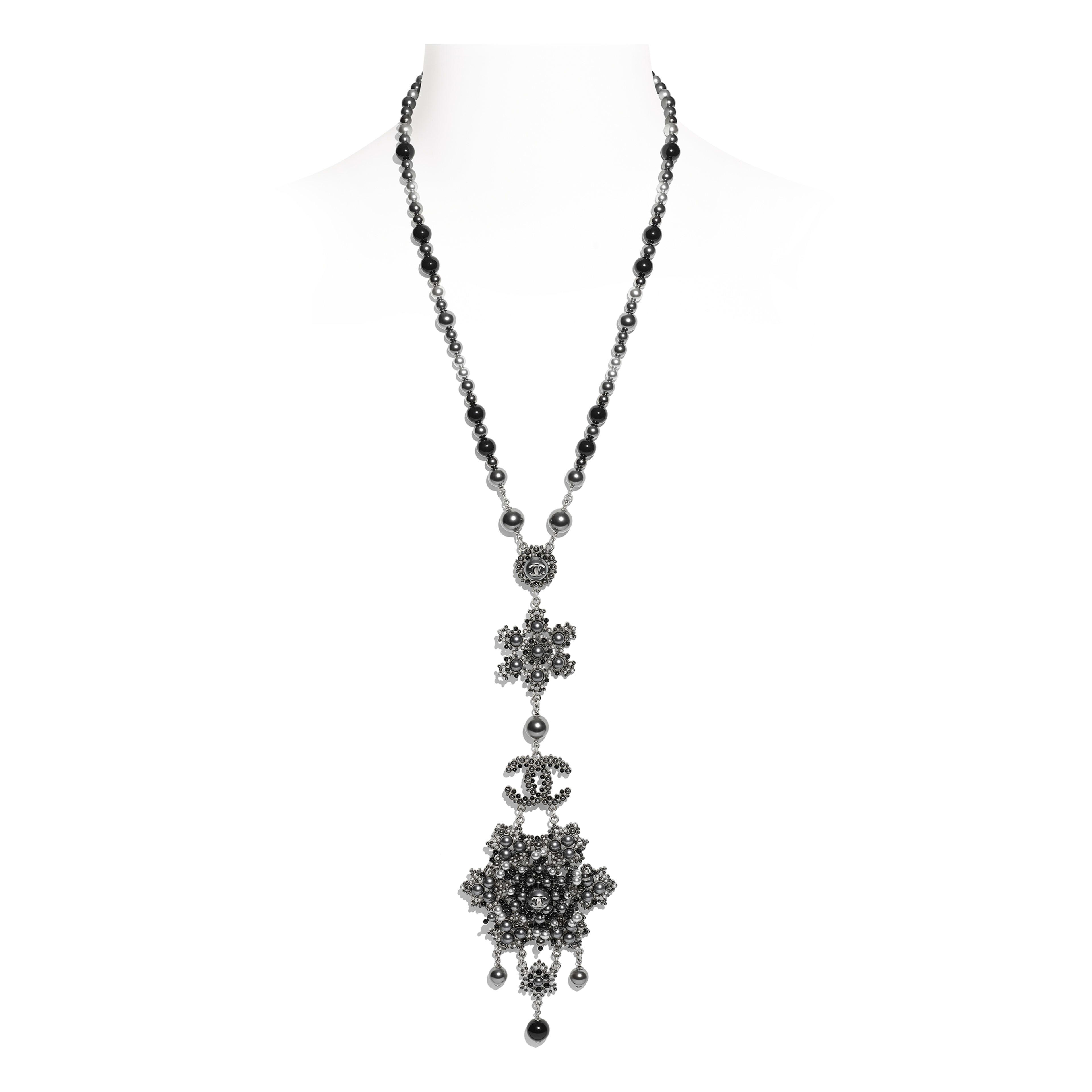 Колье - Серебристый, черный и серый - Металл, жемчуг и стразы - Вид по умолчанию - посмотреть полноразмерное изображение