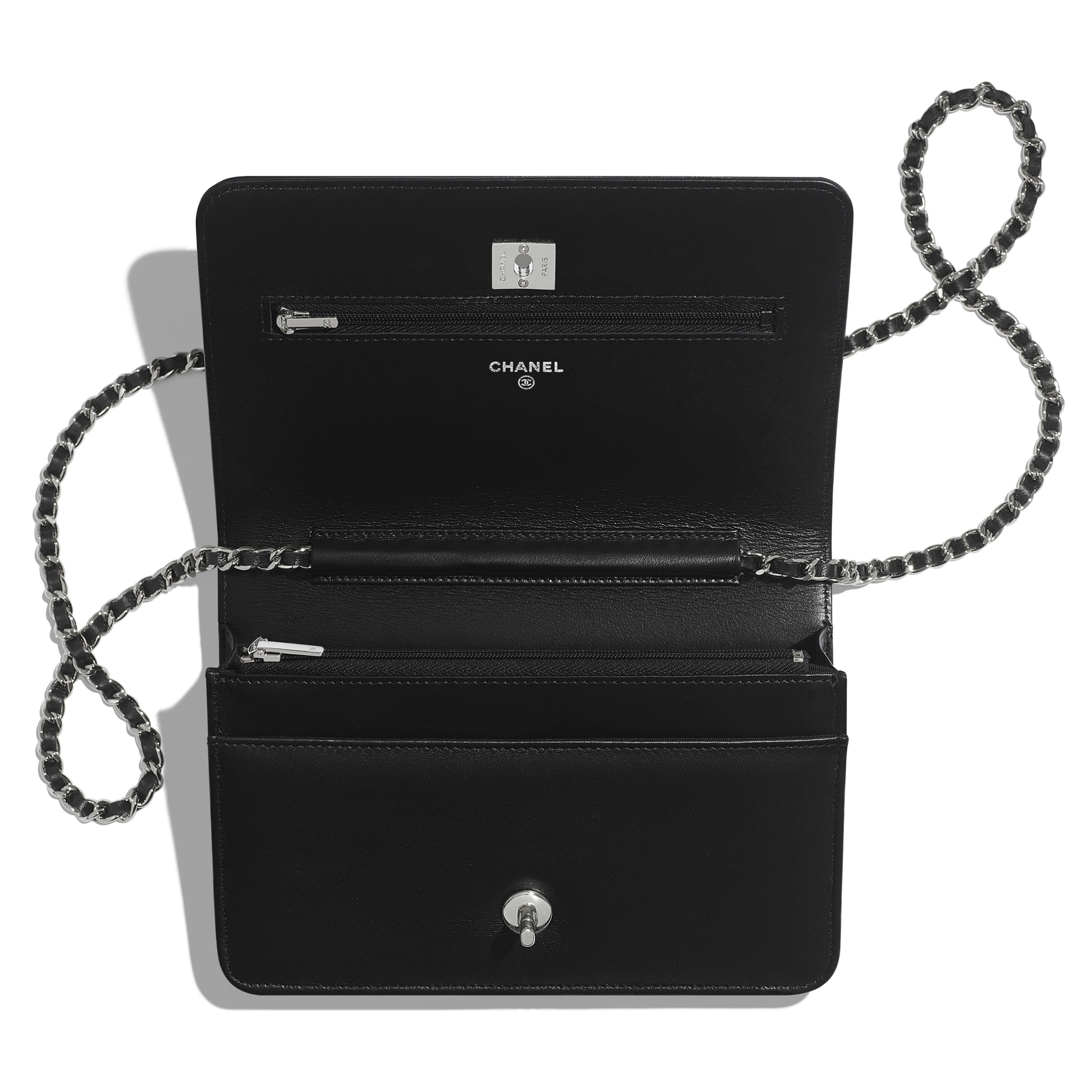 กระเป๋าสตางค์พร้อมสายโซ่ - สีดำ - หนังแกะมันเงา คริสตัล และโลหะสีเงิน - มุมมองอื่น - ดูเวอร์ชันขนาดเต็ม