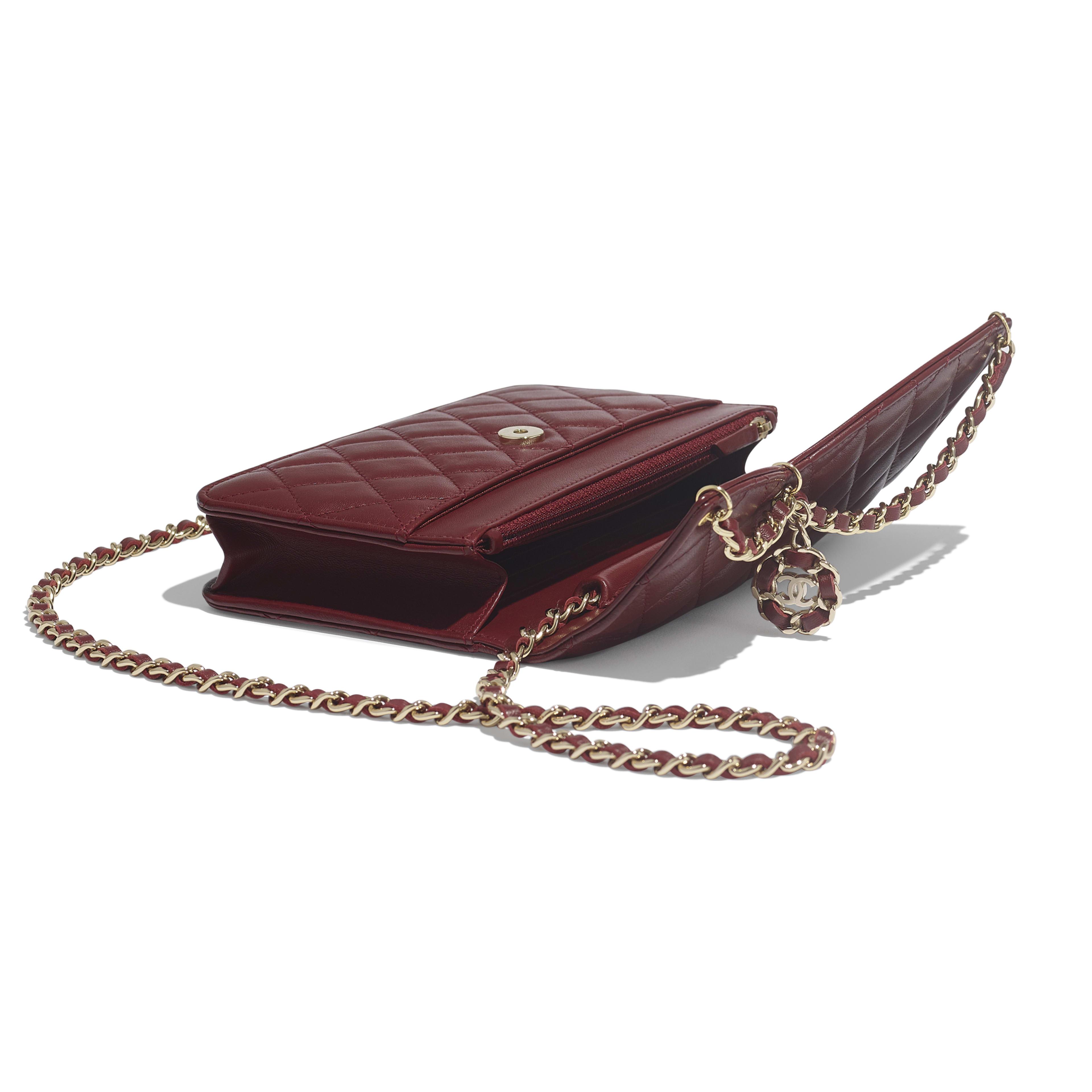 กระเป๋าสตางค์พร้อมสายโซ่ - สีแดงเบอร์กันดี - หนังแกะ และโลหะสีทอง - มุมมองพิเศษ - ดูเวอร์ชันขนาดเต็ม