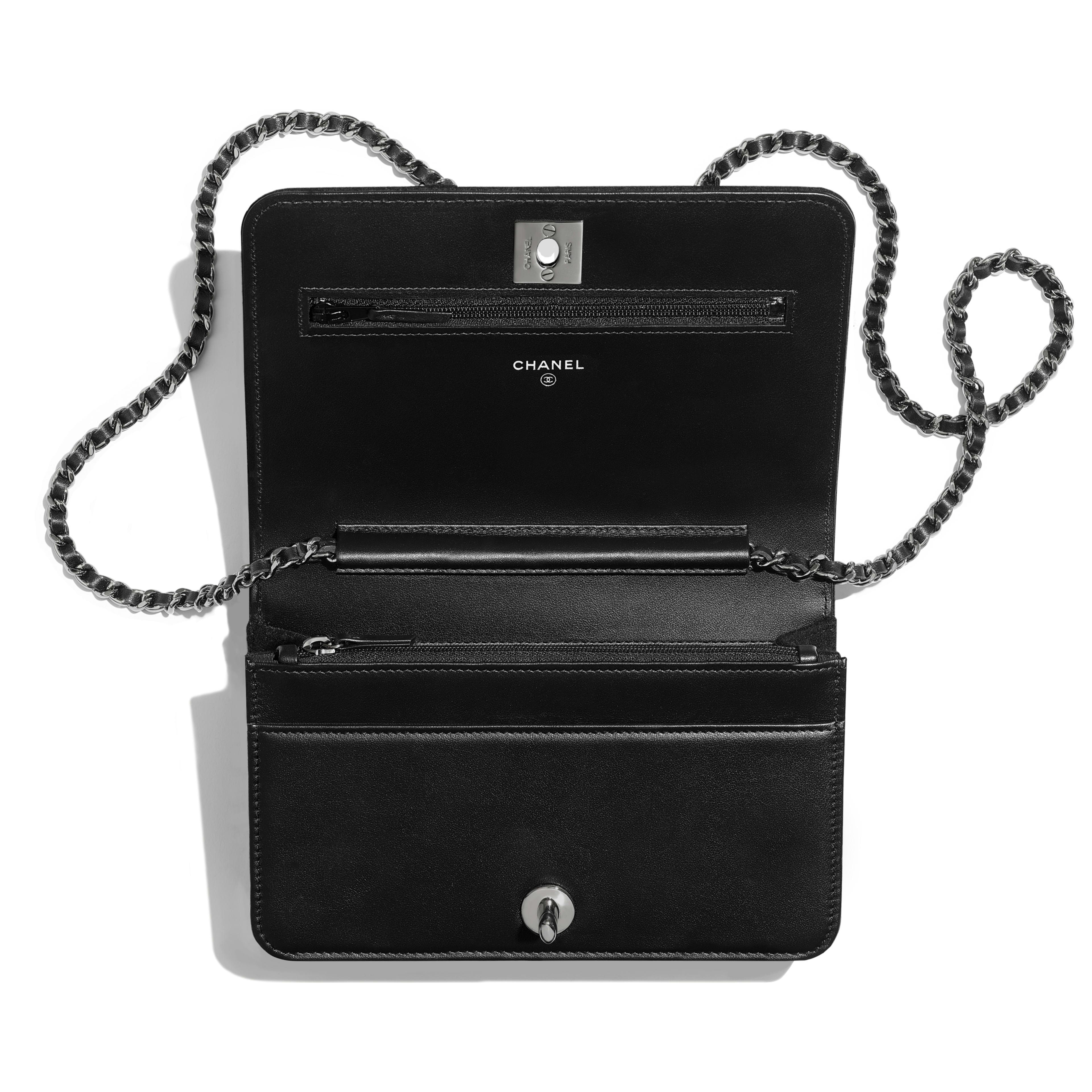 กระเป๋าสตางค์พร้อมสายโซ่ - สีเงินและสีดำ - เลื่อม ใยขนแกะ และโลหะเคลือบรูทีเนียม - มุมมองอื่น - ดูเวอร์ชันขนาดเต็ม