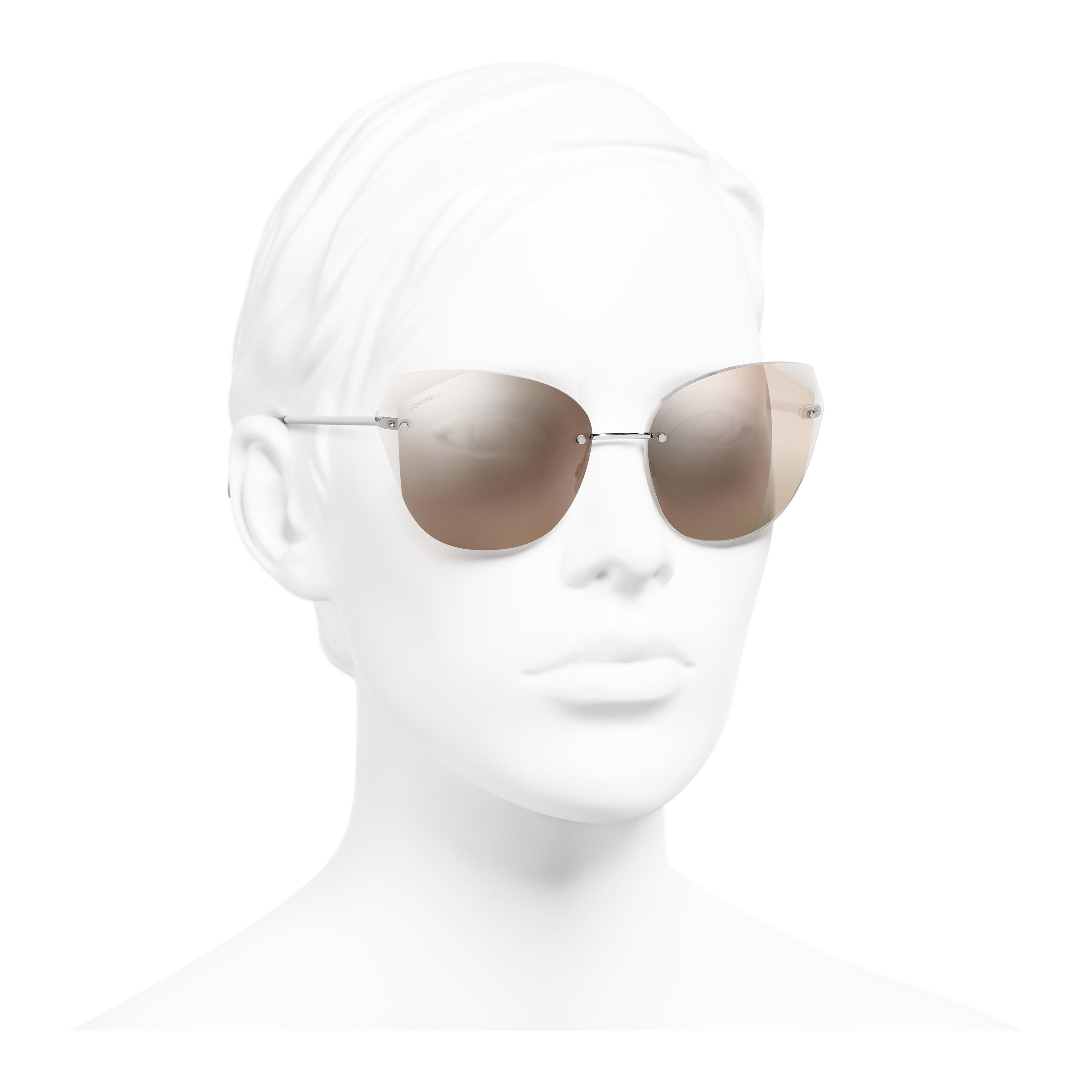 แว่นตากันแดดทรงแคทอายส์ - สีเงิน - โลหะ - มุมมองการสวมใส่ 3/4 - ดูเวอร์ชันขนาดเต็ม