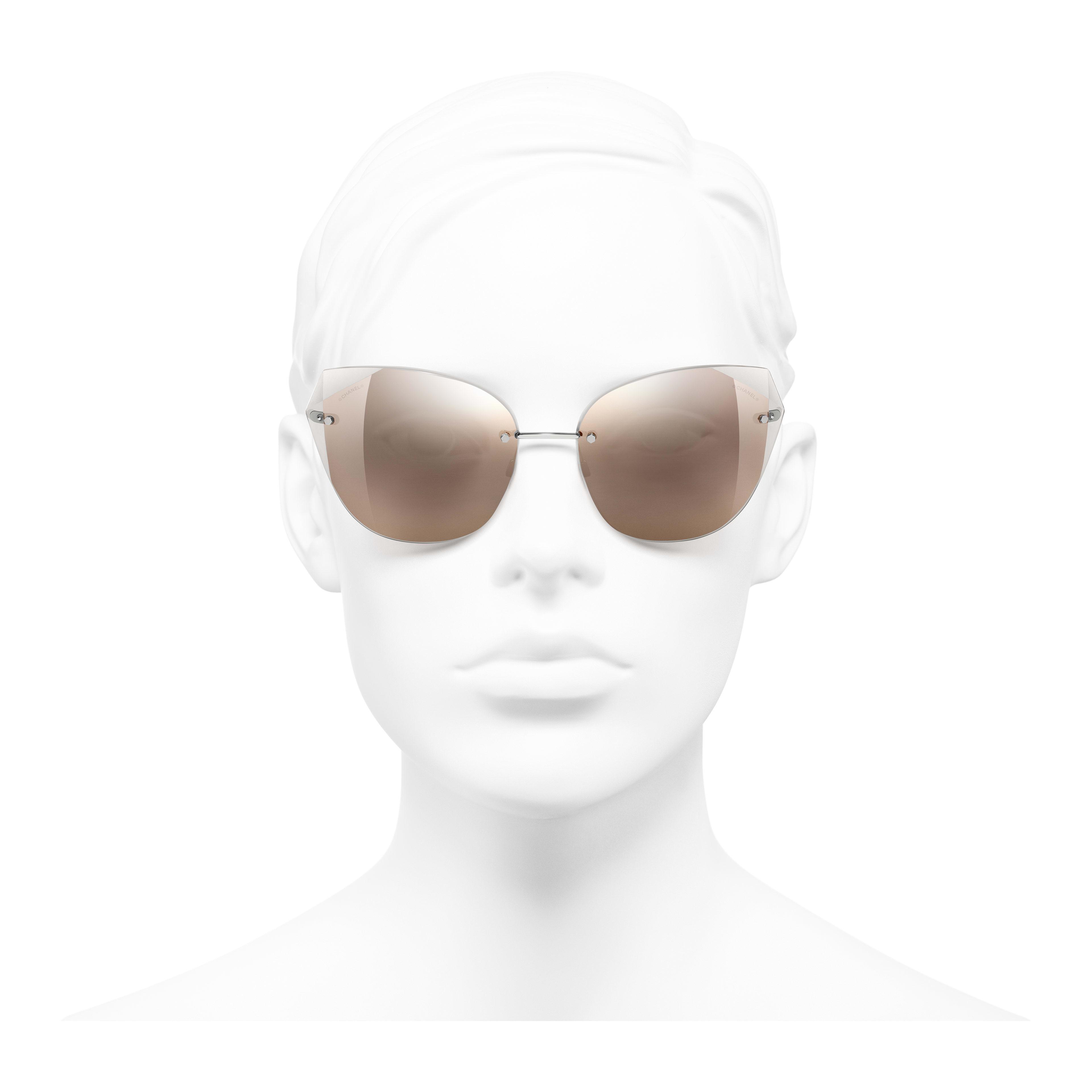 แว่นตากันแดดทรงแคทอายส์ - สีเงิน - โลหะ - มุมมองการสวมใส่ด้านหน้า - ดูเวอร์ชันขนาดเต็ม