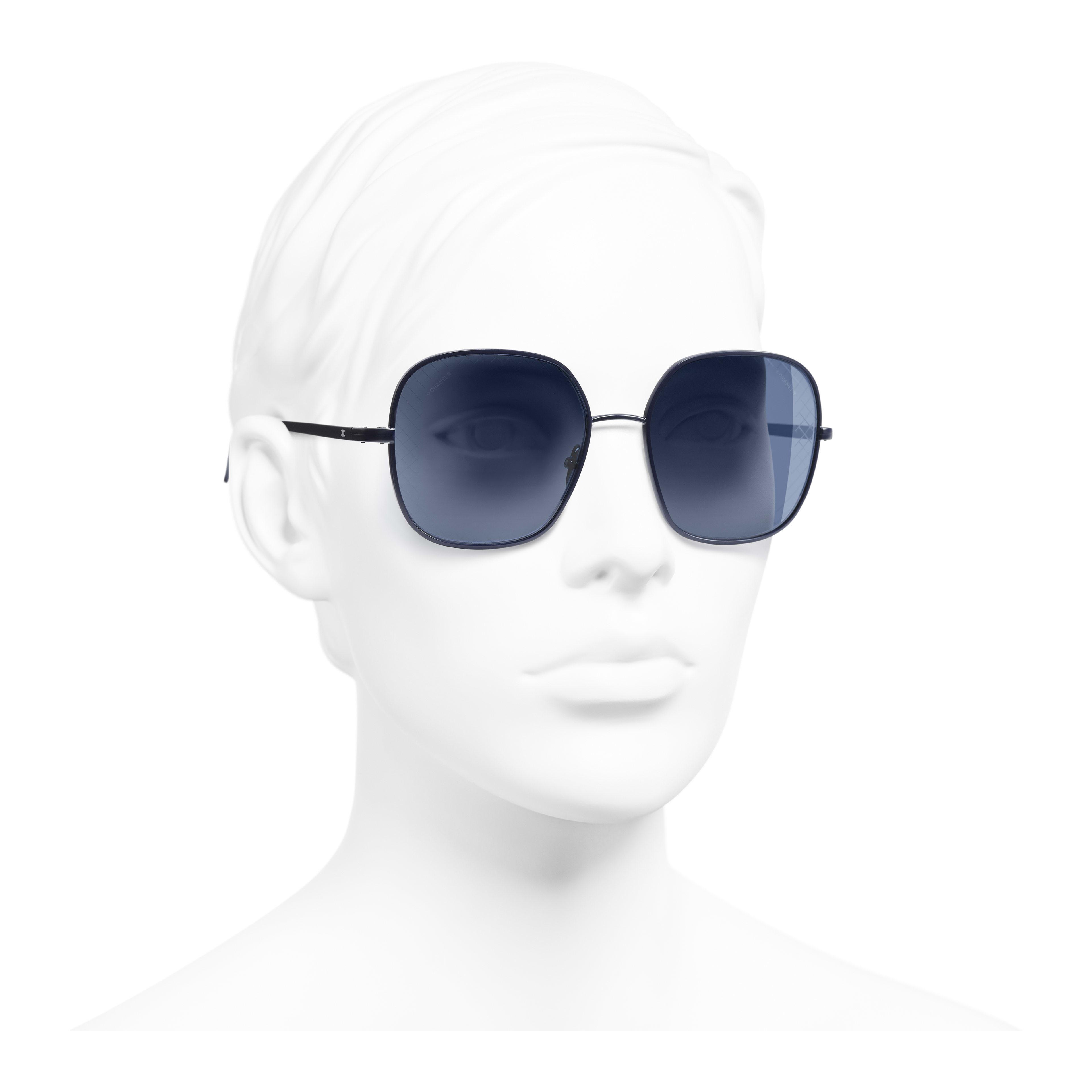 แว่นตากันแดดทรงเหลี่ยม - สีฟ้า - โลหะ - มุมมองการสวมใส่ 3/4 - ดูเวอร์ชันขนาดเต็ม