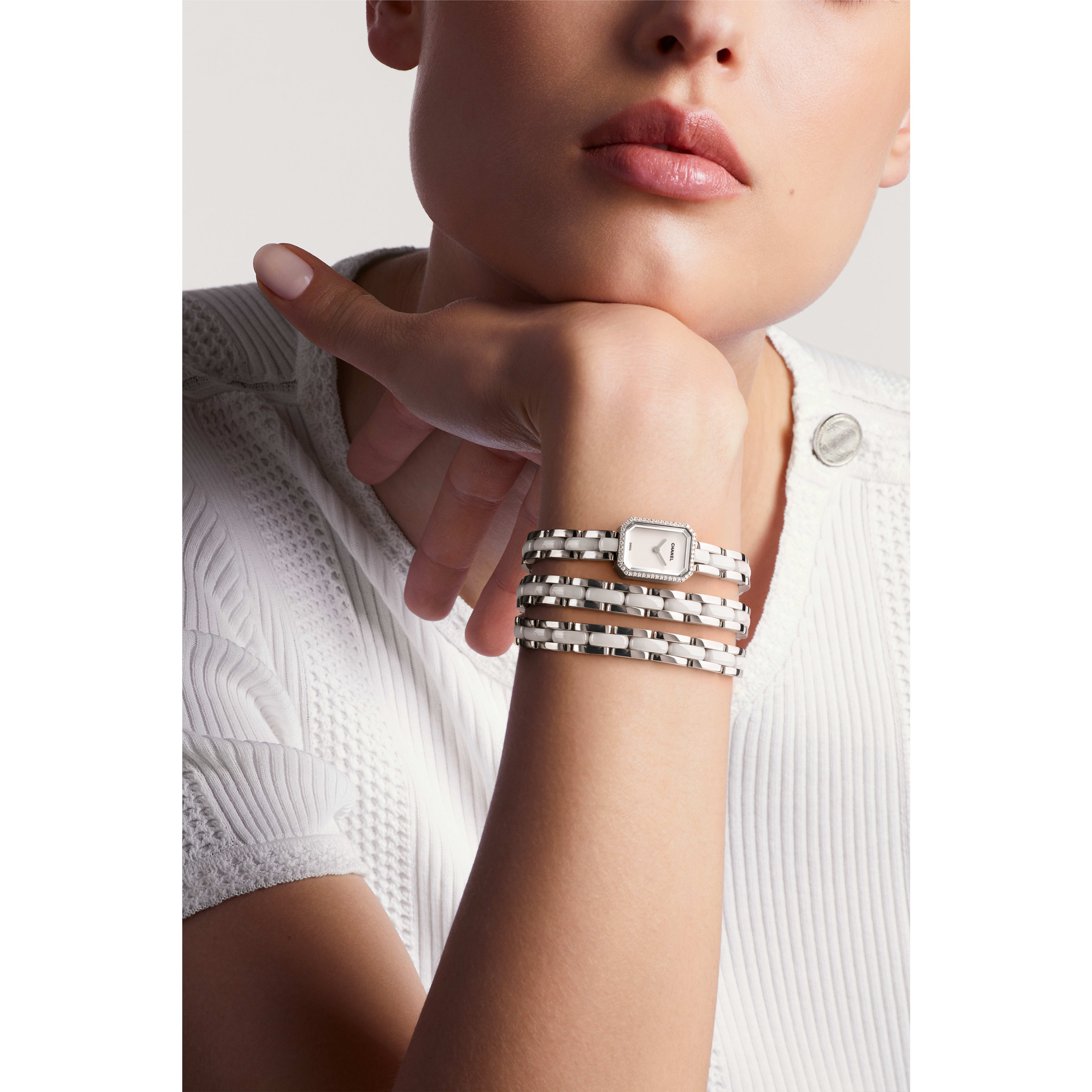 Première Mini腕錶 - 三圈精鋼和白色高抗磨陶瓷,鑽石,白色漆面錶盤 - 佩戴視圖