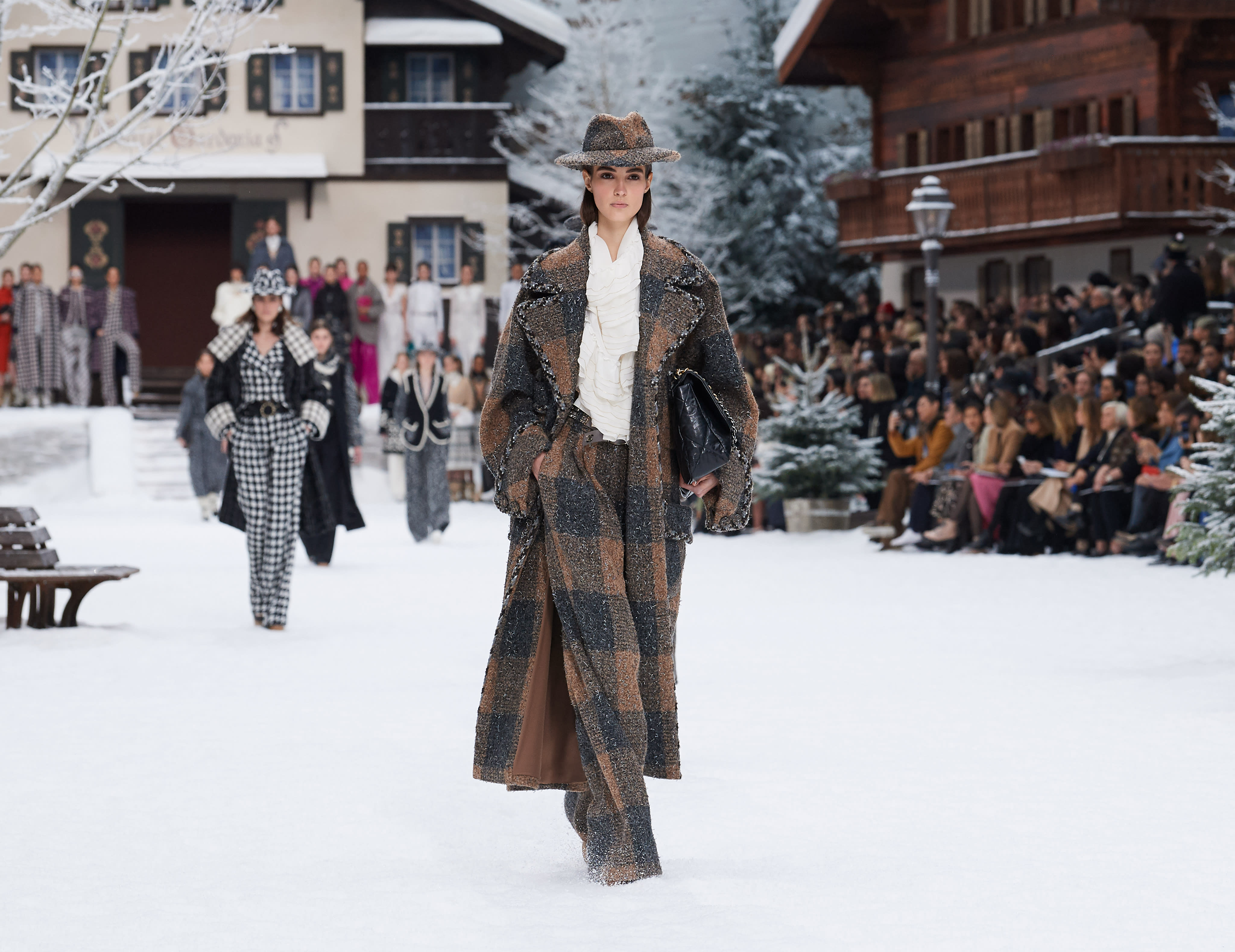 24b2152d10 Looks from the Fall-Winter 2019/20 Ready-to-wear show - CHANEL
