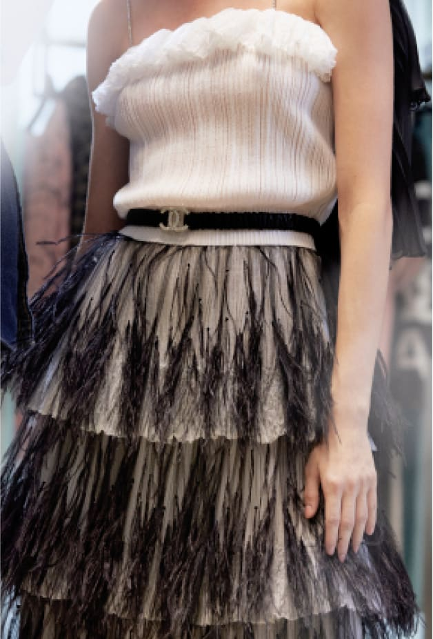 image 2 - Vestido - Mixed Fibers & Tulle Embroidered with Feathers - Branco & Preto