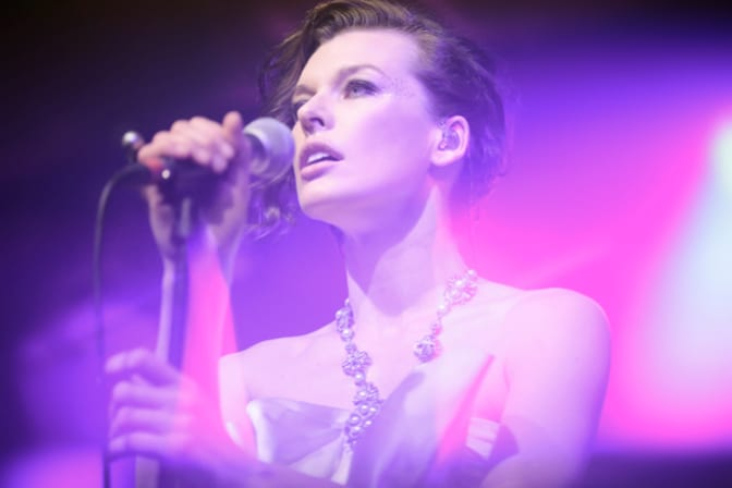 -milla-jovovich-sings-for-chanel--br---moscow--october-18th