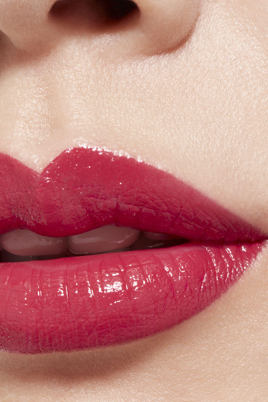Application makeup visual 1 - LE ROUGE CRAYON DE COULEUR N°4 - ROUGE CORAIL