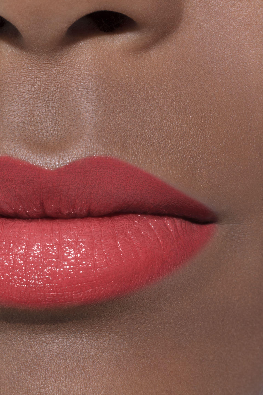 Application makeup visual 1 - LE ROUGE CRAYON DE COULEUR 26 - CORAIL INTENSE