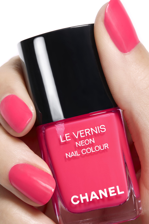 ภาพการใช้เมคอัพ 2 - LE VERNIS NEON NAIL COLOUR 596 - ROSE NÉON