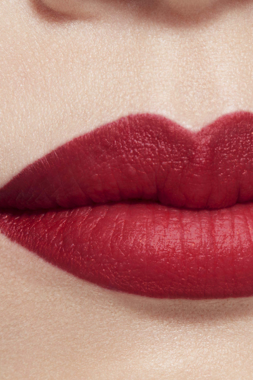 Imagen aplicación de maquillaje 1 - ROUGE ALLURE CAMÉLIA 627 - ROUGE ALLURE VELVET CAMÉLIA CARMIN