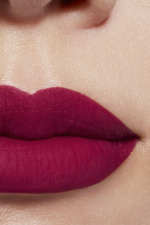 Imagen aplicación de maquillaje 1 - ROUGE ALLURE INK FUSION 826 - POURPRE