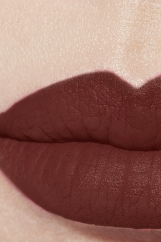 Anwendung Make-up-Bild 1 - ROUGE ALLURE VELVET EXTRÊME 122 - CHESTNUT