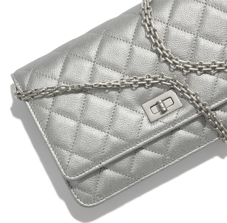 image 4 - 2.55 Wallet on Chain - Metallic Grained Calfskin & White Metal  - Silver
