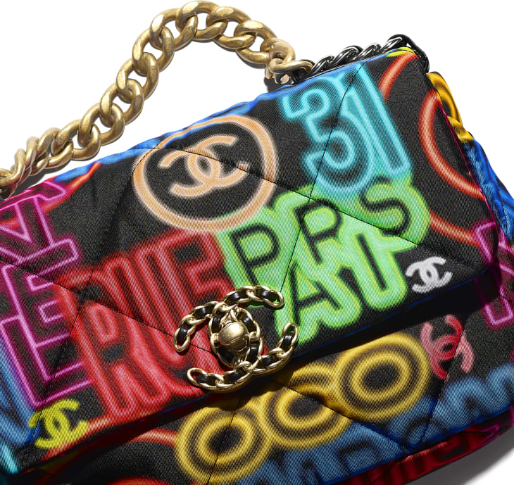 image 4 - Bolsa CHANEL 19 - Printed Fabric, Gold-Tone, Silver-Tone & Ruthenium-Finish Metal - Preto & Multicolorido