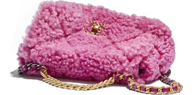image 4 - Sac à rabat CHANEL 19 - Mouton lainé, métal doré, argenté & finition ruthénium - Rose
