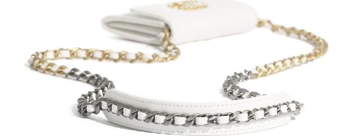 image 4 - Porta Moeda com Aba e Corrente CHANEL 19 - Couro de cordeiro, metal dourado, prateado & rutênio - Branco