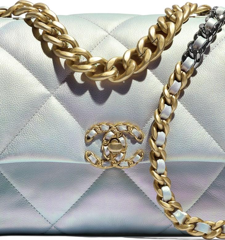 image 4 - Grand sac CHANEL 19 - Veau irisé, métal doré, argenté & finition ruthénium - Blanc