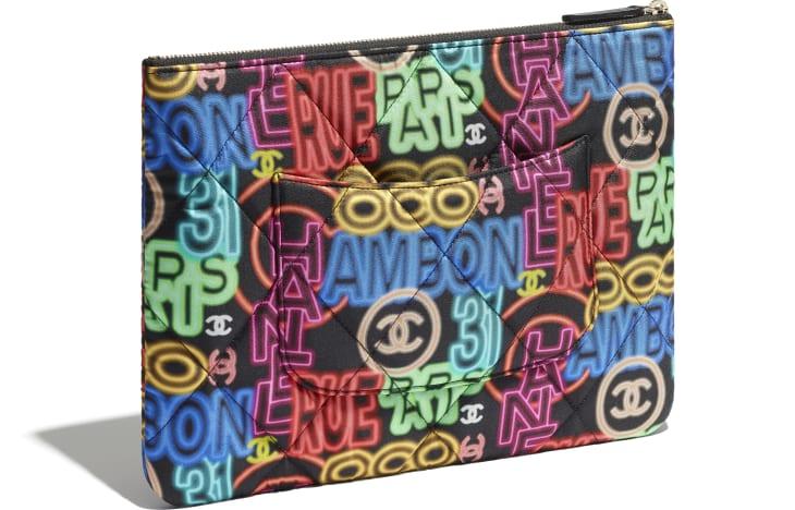 image 4 - Pochette CHANEL 19 - Tissu imprimé, métal doré, argenté & finition ruthénium - Noir & multicolore