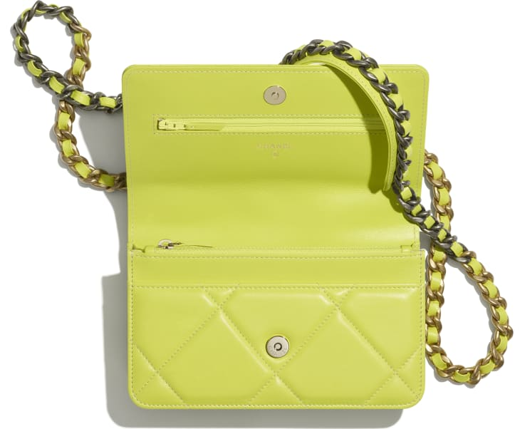 image 2 - Wallet on chain CHANEL 19 - Agneau brillant, métal doré, argenté & finition ruthénium - Jaune fluo