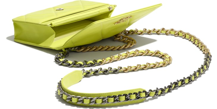 image 3 - Wallet on chain CHANEL 19 - Agneau brillant, métal doré, argenté & finition ruthénium - Jaune fluo