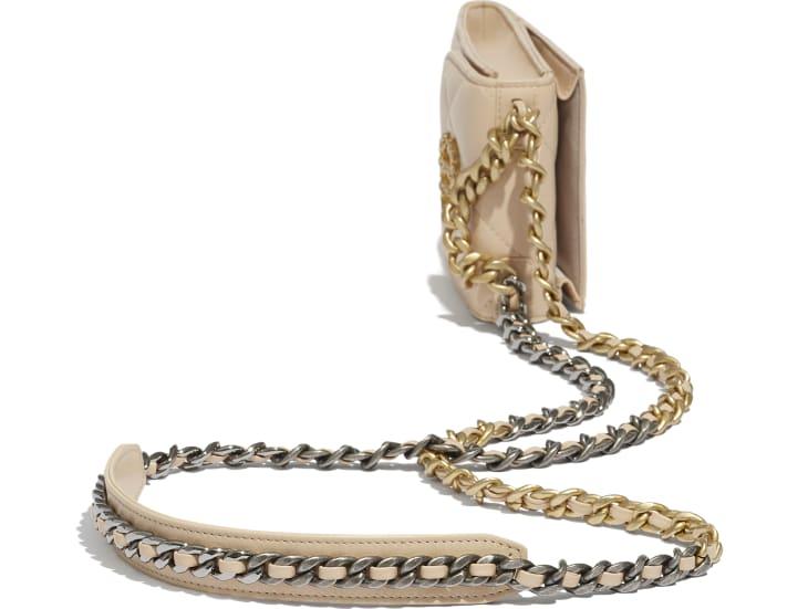 image 3 - Pochette avec chaîne - Chèvre brillante, métal doré, argenté & finition ruthénium - Beige