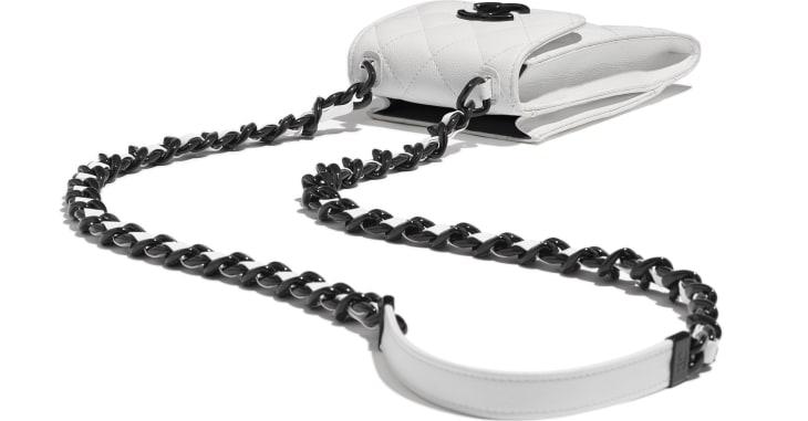 image 3 - Pochette avec chaîne - Veau grainé & métal laqué - Blanc & noir