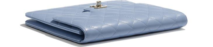 image 4 - Pochette à rabat - Agneau & métal doré - Bleu ciel