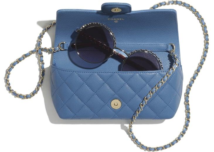 image 3 - Classic Glasses Case with Chain - Couro De Novilho Granulado & Metal Dourado - Azul