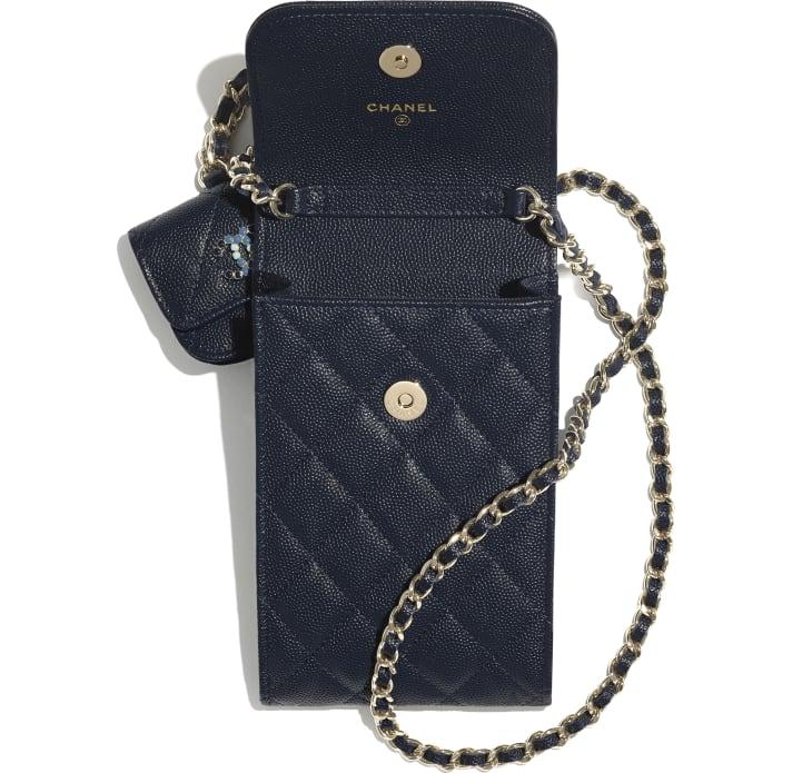 image 2 - Pochette de téléphone & étui pour Airpods Pro avec chaîne - Veau grainé & métal doré laqué - Bleu marine