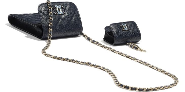 image 3 - Pochette de téléphone & étui pour Airpods Pro avec chaîne - Veau grainé & métal doré laqué - Bleu marine