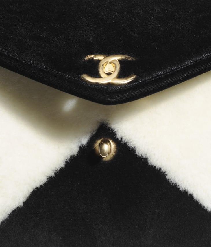 image 4 - スモール フラップ バッグ - シアリング ラムスキン - ブラック & ホワイト