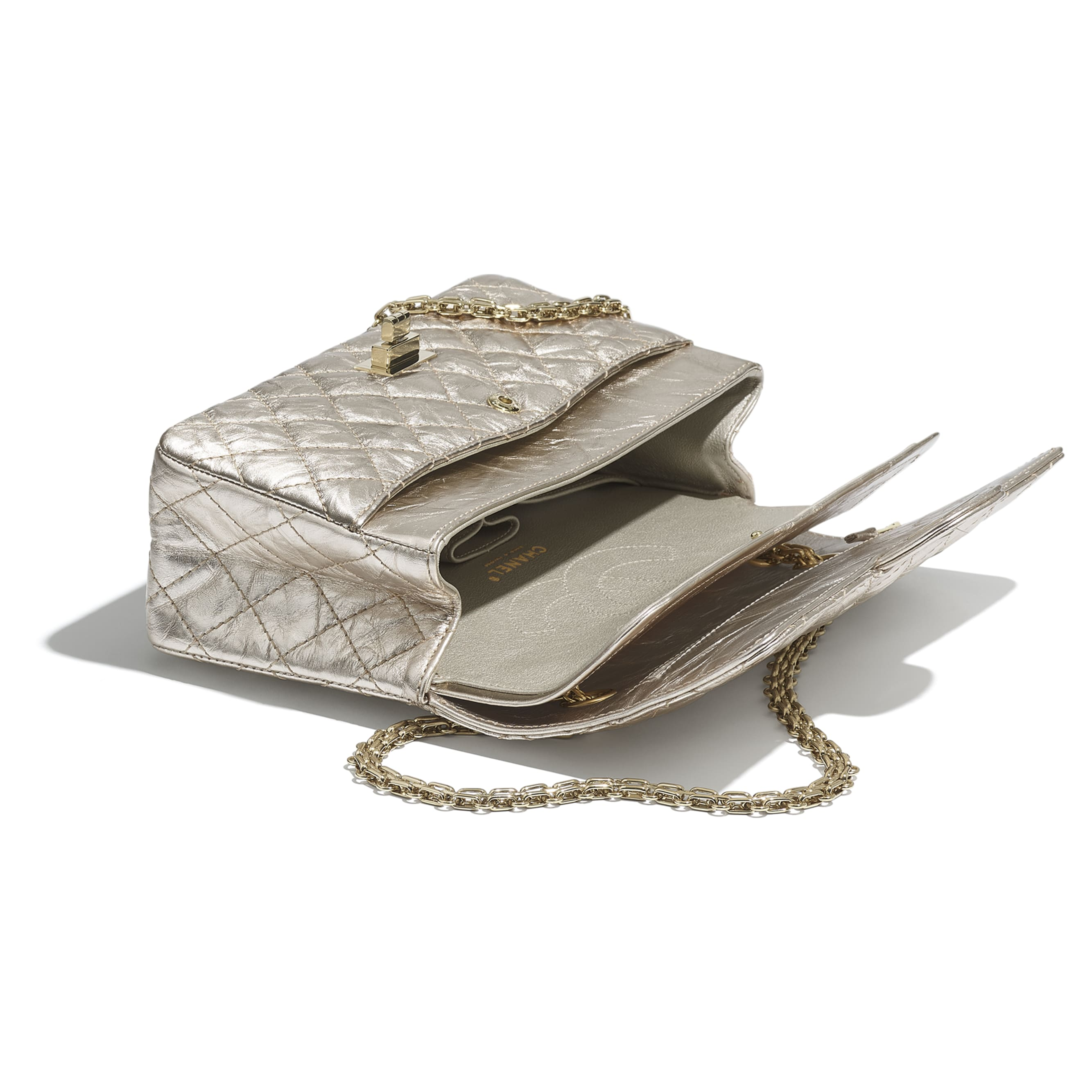 กระเป๋าสะพาย 2.55 - สีทองอ่อน - หนังลูกวัวย่นสีเมทัลลิกและโลหะสีทอง - CHANEL - มุมมองอื่น - ดูเวอร์ชันขนาดมาตรฐาน