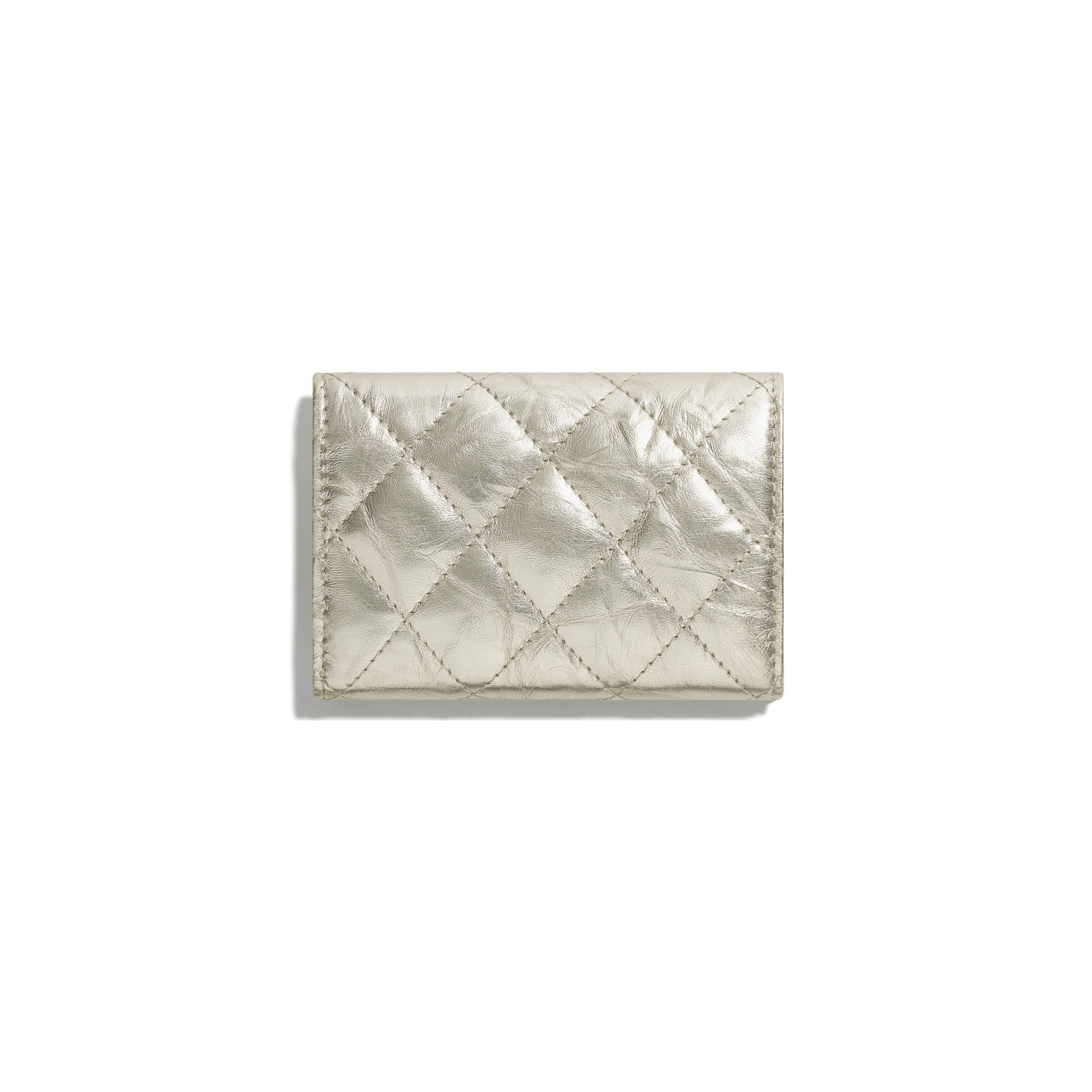 2.55 kleine Flap Wallet - Lichtgoud - Metallic verkreukeld kalfsleer & goudkleurig metaal - CHANEL - Alternatieve weergave - zie versie op standaardgrootte