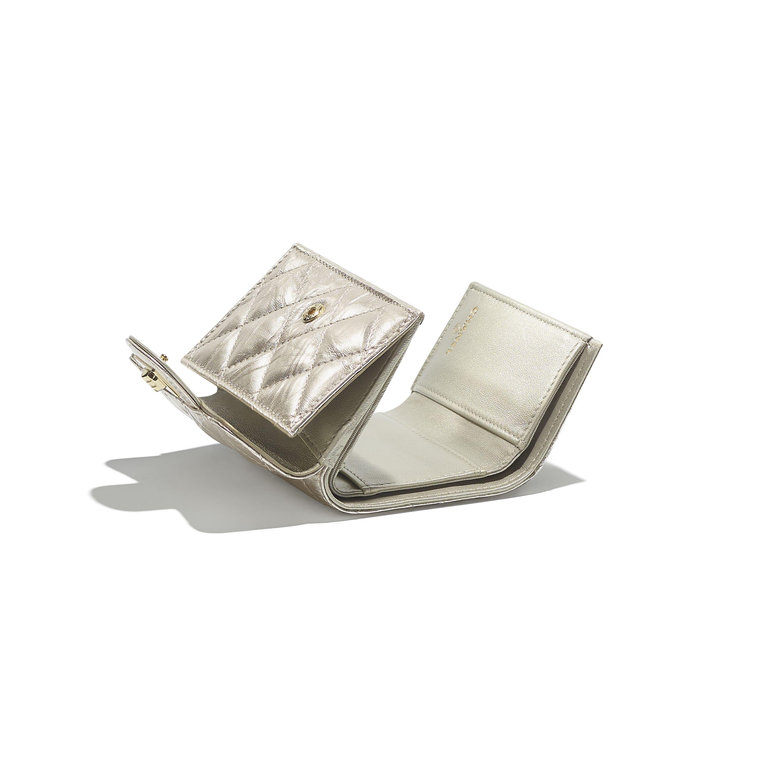 2.55 kleine Flap Wallet - Lichtgoud - Metallic verkreukeld kalfsleer & goudkleurig metaal - CHANEL - Extra weergave - zie versie op standaardgrootte
