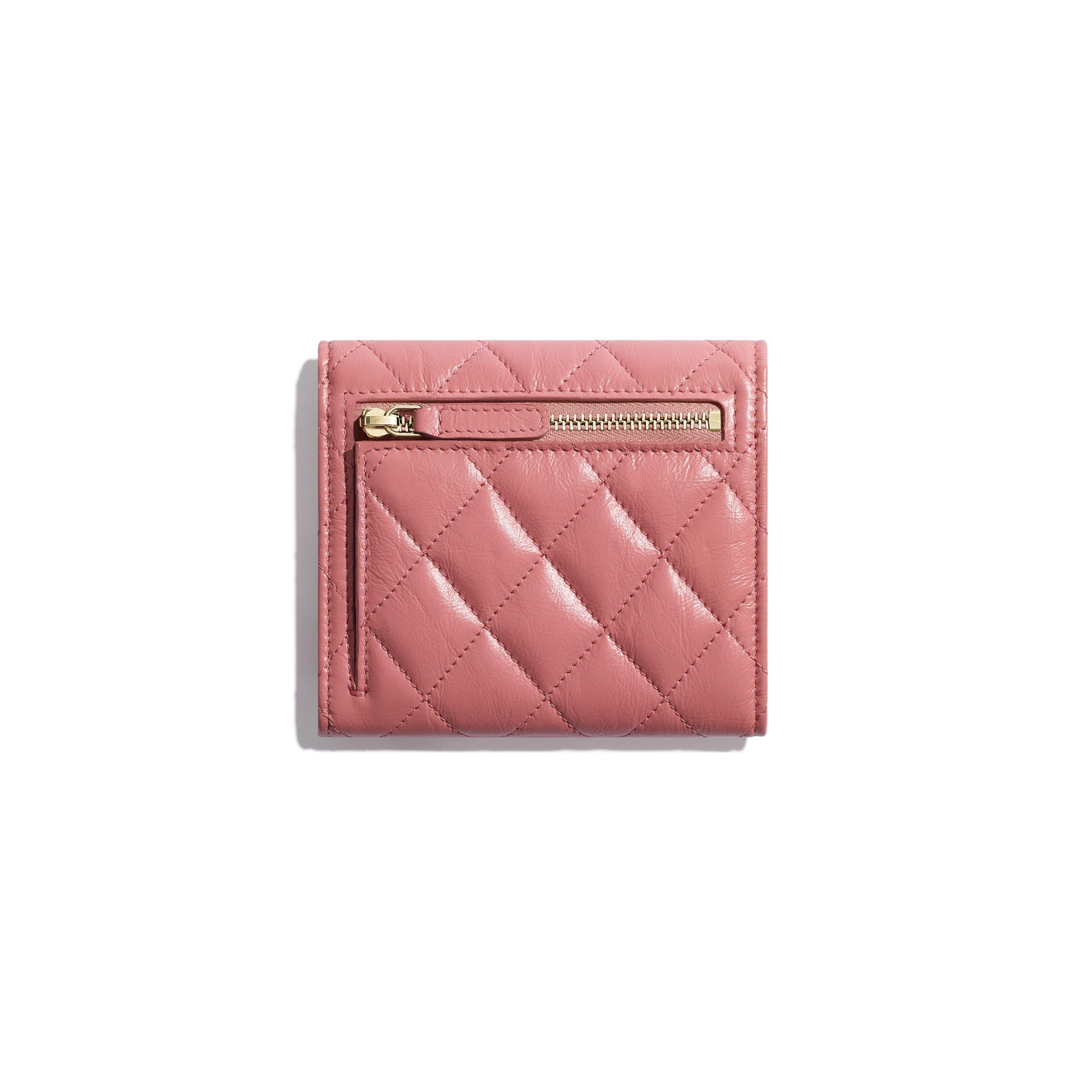 กระเป๋าสตางค์ 2.55 ใบเล็ก - สีชมพู - หนังลูกวัวย่น, โลหะสีทอง - มุมมองทางอื่น - ดูเวอร์ชันขนาดมาตรฐาน