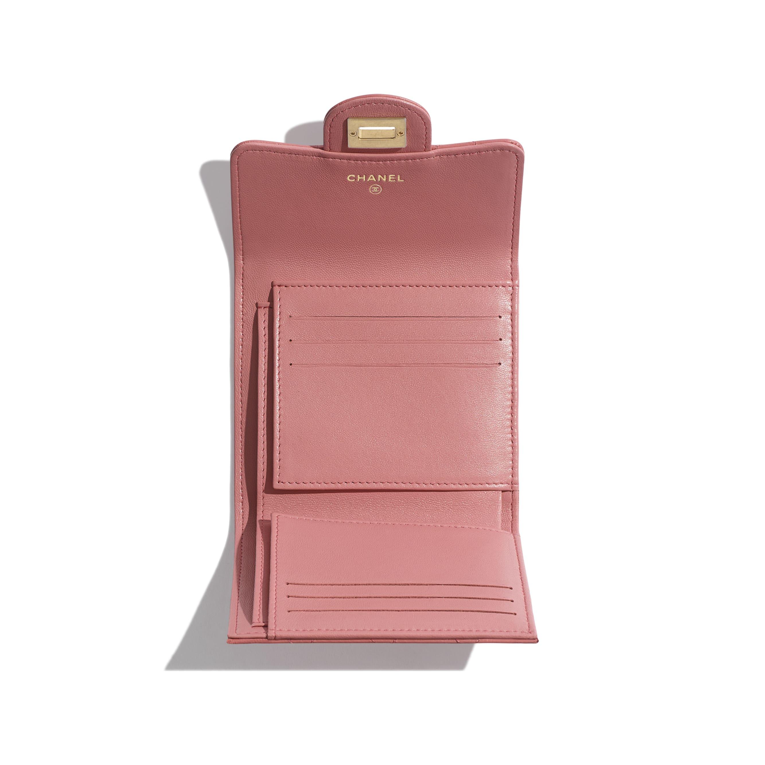 กระเป๋าสตางค์ 2.55 ใบเล็ก - สีชมพู - หนังลูกวัวย่น, โลหะสีทอง - มุมมองอื่น - ดูเวอร์ชันขนาดมาตรฐาน