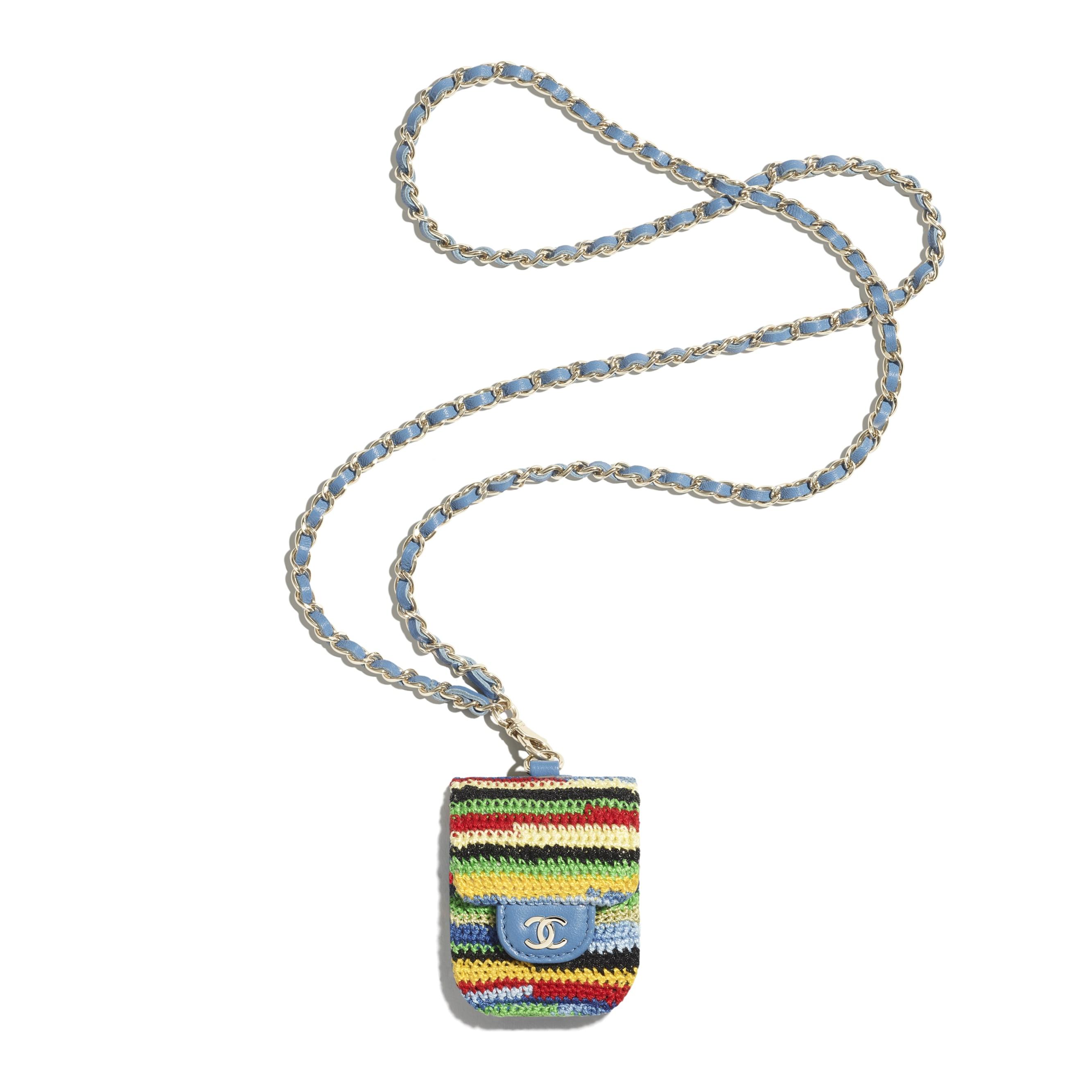 Etui na suchawki AirPods - Kolor wielobarwny - Wyszywana dzianina szydełkowa i metal w tonacji złotej - CHANEL - Widok domyślny – zobacz w standardowym rozmiarze