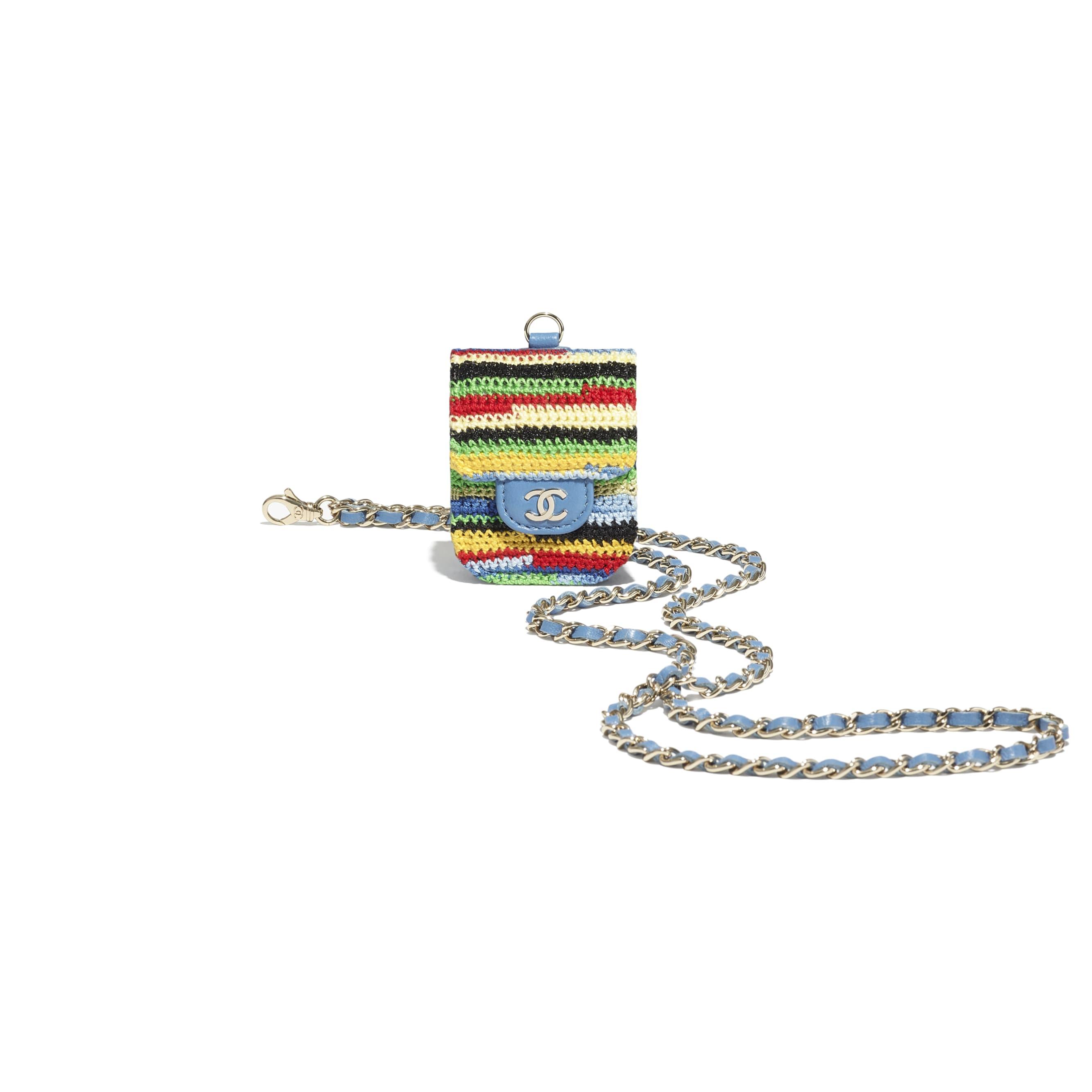 Etui na suchawki AirPods - Kolor wielobarwny - Wyszywana dzianina szydełkowa i metal w tonacji złotej - CHANEL - Dodatkowy widok – zobacz w standardowym rozmiarze